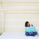 Leyendo cuentos en nuestra cama-casita de madera